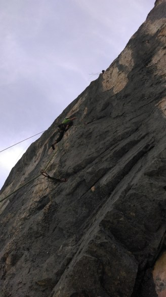 La parete diventa strapiombante (notare le corde degli amici austriaci sopra di noi)