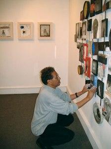 صالة عرض المنار 2003، صورة لمحمد القاسمي وهو يضع اللمسات الأخيرة قبيل عرض تنصيبته
