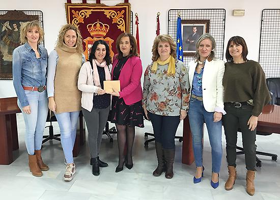 El Ayuntamiento entrega los 750 euros al colectivo AGIRES