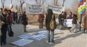 dolphin protest pic 300x162 Yerevan Dolphinarium Opens amid Protests