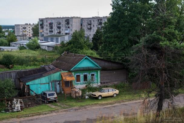 Typisch Sibirien, Wohnblock, Holuhaus und Lada
