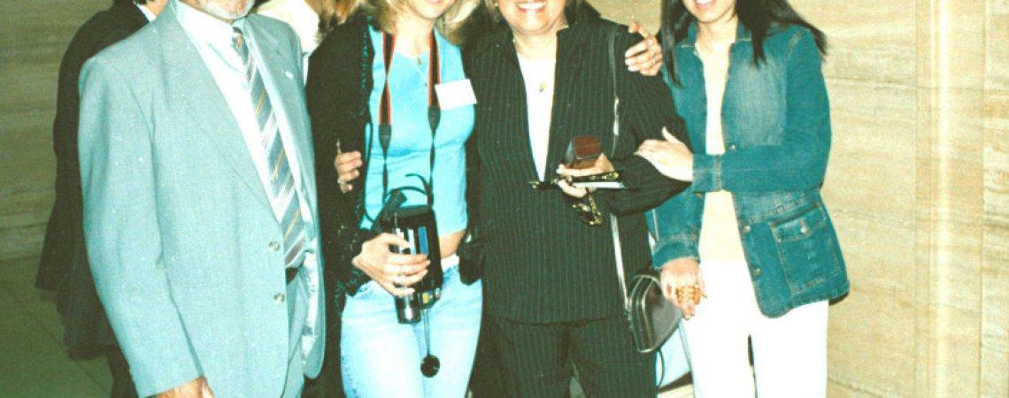 Esposa de Alfredo y su hija soledad (ambas a la derecha) y un compañero de traba