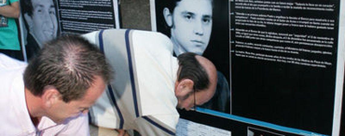 Carlos, hermano de Alberto, descubriendo la baldosa en la Casa Central del BNA
