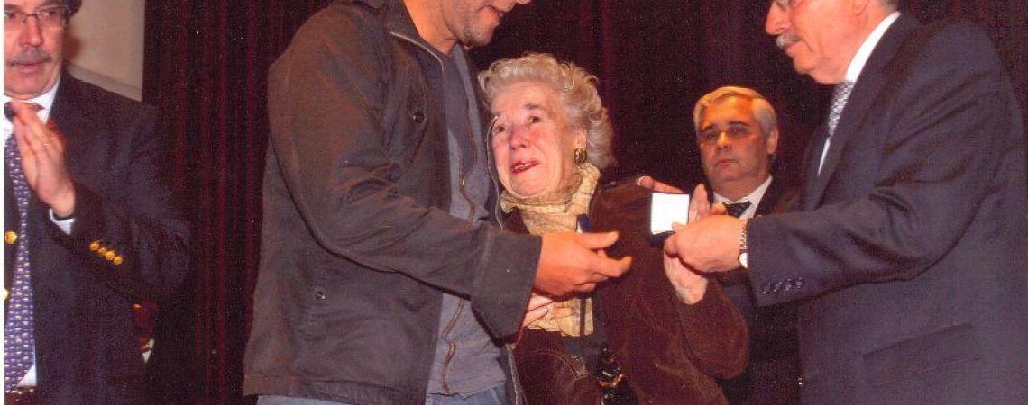 Entrega de medalla en el BNA al hijo de Luis y su tía.
