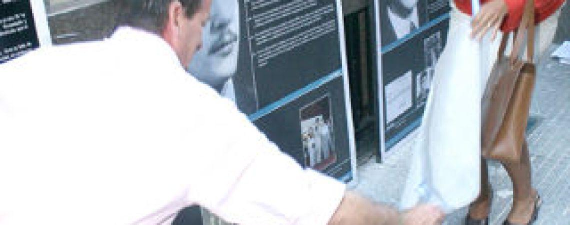 La presidenta del BNA, Mercedes Marcó del Pont, descubre la baldosa en la Casa Central