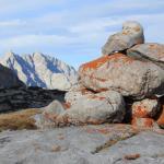 Steinhaufen als Wegmarkierung, im Hintergrund der Watzmann