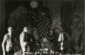 Jean Cocteau e Doris Brynner em frente à tapeçaria Judite e Holoferne. La Vila Santo Sospir, 1959. Foto de Yul Brynner.