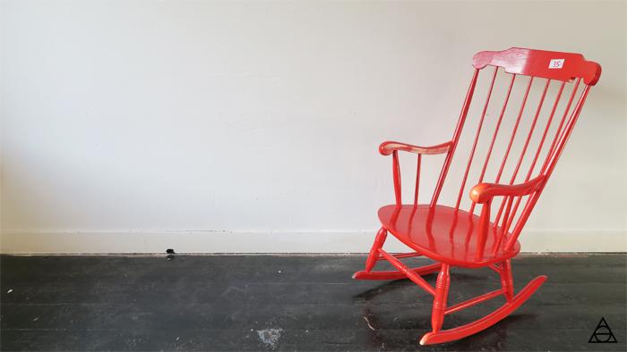 artgloss_rode_schommelstoel