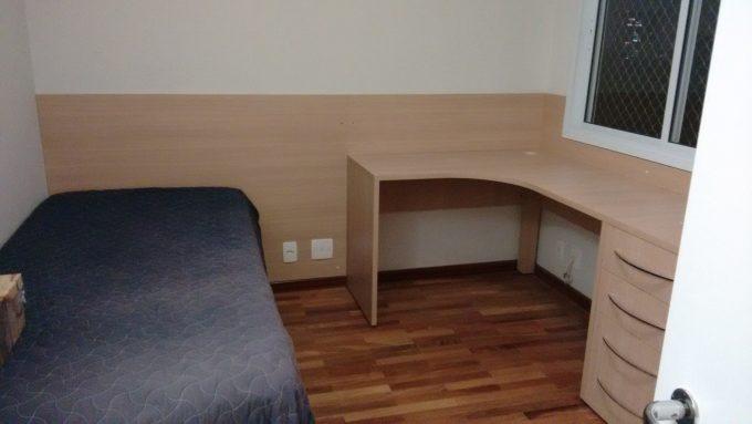 quarto completo com escrivaninha, guarda-roupa e cama