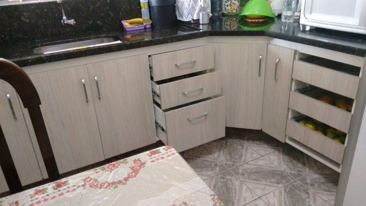 Cozinha completa com aproveitamento máximo dos cantos