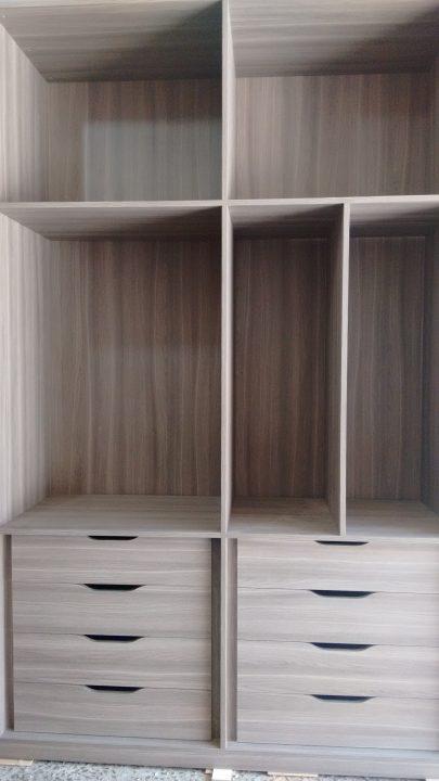 Guarda-roupa amplo com gavetas