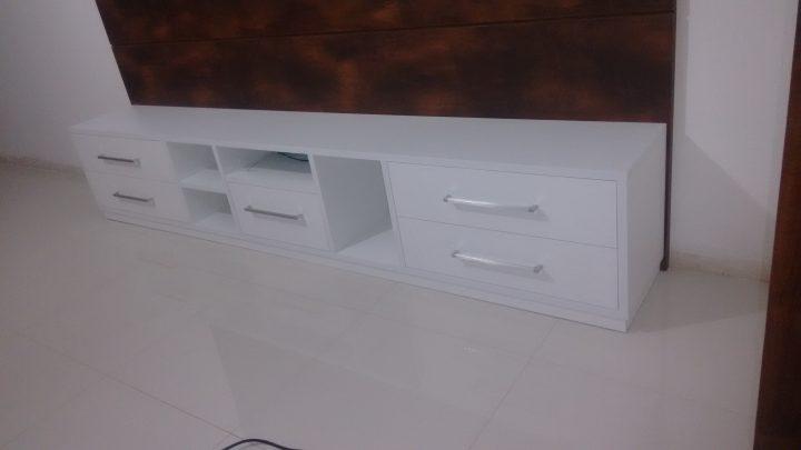 Rack em MDF com gavetas e painel para tv de led em madeira escura