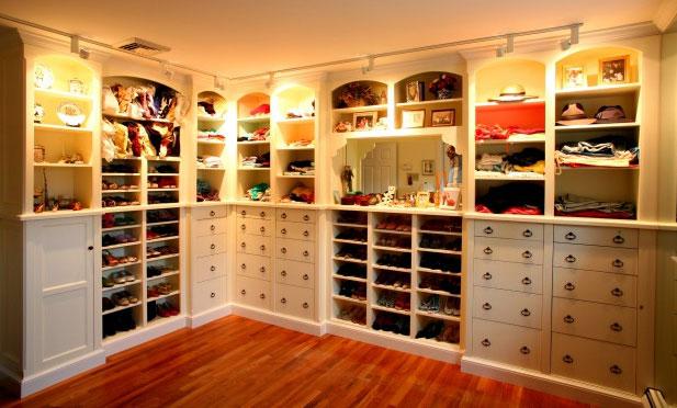 Closet feminino com diversos nichos para sapatos botas vestidos, calças e afins