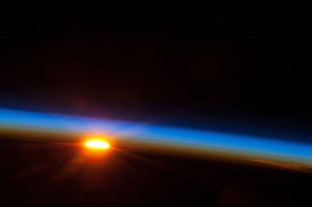 Ανατολή ηλίου από το διάστημα.Φωτογραφία από το Expedition 35 της NASA