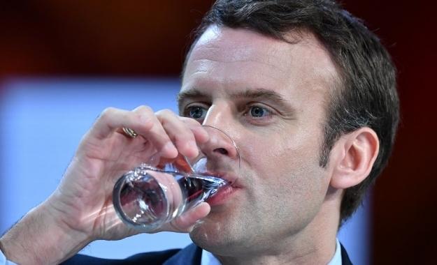 Οι Γάλλοι πίνουν νερό στο όνομα του Αλέξη