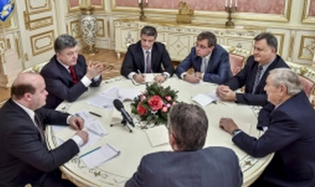 Ο Σόρος δεξιά και απέναντι στον σημερινό Ουκρανό πρόεδρο Ποροσένκο.