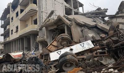 フェルハッドさん一家はシリア・コバニから脱出した。町はISの総攻撃で瓦礫となった。写真はISの自爆突撃で崩壊した建物。ISは一時撤退したものの、近郊では現在も戦闘が続いている。農村地域も含め20万におよぶ住民がトルコに避難し難民となった。(コバニ市内で、玉本撮影:2014年12月)