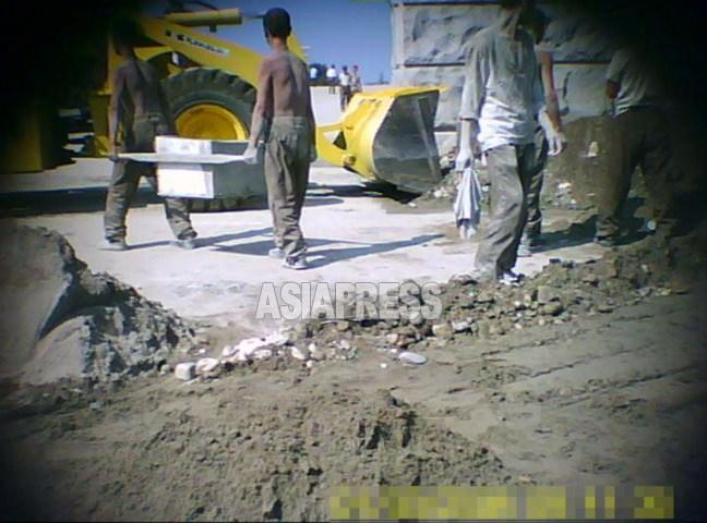 平壌市の工事に動員された「建設部隊」の兵士たち。若いが一様に痩せていて元気がない。2011年9月撮影ク・グァンホ(アジアプレス)