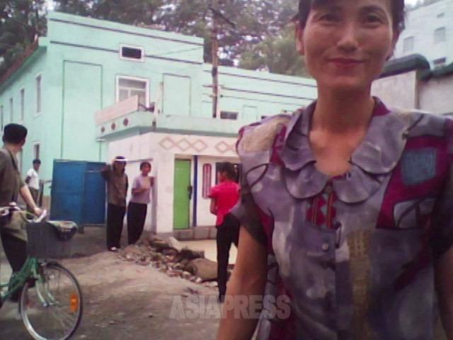 <北朝鮮写真報告>哀しき北朝鮮の女性たち(6) 路地裏の女性たちの微笑み撮った(写真3枚)