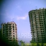 (참고 사진) 20층이 넘는 고층 아파트 건설 현장. 각 층의 창틀의 크기와 위치도 잘 맞지 않는 것이 보인다. 2011년 8월 평양시 대동강 구역에서 구광호 촬영