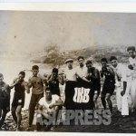 경성(당시 서울)에 있던 명문 조선권투클럽의 선수들이 한강에서 야유회를 했을 때의 기념사진.