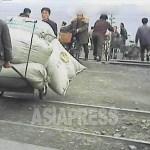 (참고사진) 김정은 시대 들어 지방도시에서 전기 및 수도의 마비가 계속되고 있다. 생활 악화로 주민들의 불만이 높아지고 있다. 2013년 3월 평안남도 평성시에서 촬영 (아시아프레스)