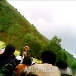 농촌동원의 작업 중간에 열린 정치 학습의 모습. '김정은 동지와 생사 운명을 함께 하는 진정한 동지가 되기 위해서는 어떻게 해야하는가'에 대해 여성 간부가 빠른 말투로 자료를 억양없이 내려 읽는다. (2013년 6월 북부지역에서. 민들레 촬영)