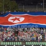 경기 시작에 앞서 북한 응원단이 대형 인공기를 펼쳐보이고 있다.