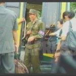 (참고사진) 교외에서 평양으로 들어오는 버스를 검문하는 국가안전보위부의 군인. 2006년 8월 리준 촬영(아시아프레스)