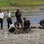 앙상한 모습의 병사들이 훔쳐온 옥수수를 먹기 위해 불을 지필 준비를 하고 있다. 조선인민군에는 영양실조가 만연돼 있다. 2008년 8월 평양교외에서 장정길 촬영 (아시아프레스)