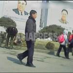 시내 중심에 걸린 '태양상'으로 불리는 김일성-김정일 부자의 초상화. 당연히 경비의 대상이 될 것이다. 2013년 3월 평안남도 평성시에서 촬영 '민들레' (아시아프레스)