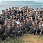 확대해 보았으면 한다. 마치 아이처럼 작은 병사들과 김정은의 기념 사진. 현재는 비공개로 되어 있다. 2012년 8월 노동신문에서 인용
