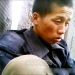 먹을 것이 충분치 않은데다 선배 군인에게 구타당하여 민가에 도망쳐 온 병사. 2013년 7월 북부지방에서 촬영 (아시아프레스)