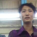 시장의 일용품 매장에서 상냥하게 손님을 맞는 폭 80센티의 매장 경영자 여성. 2013년 양강도 혜산시 시장에서 촬영(아시아프레스)