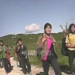 산에서 도토리를 따가지고 오는 중의 여자 중학생들. '여름방학 중에 18킬로 모으지 않으면 안 된다'. 배낭에 땔감용 나무가 보인다. 2008년 8월 황해남도 해주시 교외에서 촬영 심의천(아시아프레스)
