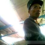 뺨이 훌쭉한 병사가 시장을 서성이고 있다. 2013년 8월 양강도 혜산 시장에서 촬영 '민들레'(아시아프레스)