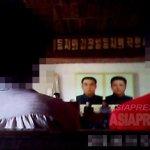 비밀리에 촬영된 정치학습 현장. 당 간부가 참가자에게 메모시키며 김정은에 충성을 요구하는 강연이 오랜 시간 지속된다. 2013년 8월 북부지역에서 촬영 '민들레'(아시아프레스)