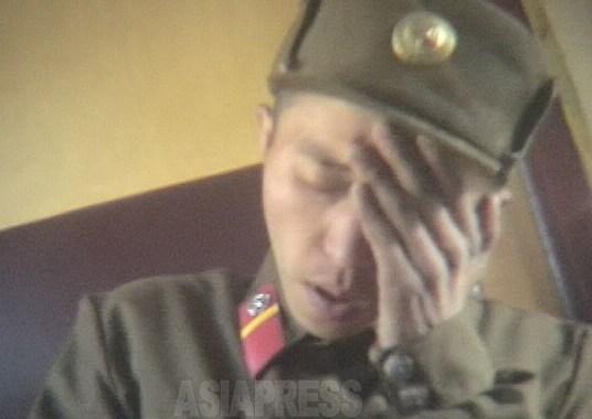 """""""쇠약해져 집으로 돌아가는 길입니다""""라는 열차 안에서 만난 젊은 병사. 영양실조로 현기증이 심한 것 같다. """"부대에는 소금도 없어요""""라고 한다. 2005년 5월 평안남도에서 촬영 리 준(아시아프레스)"""