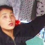 합법 시장의 기성복 매장에서 손님에게 제품을 권유하는 여성. 2010년 6월 중부의 평안남도 순천시에서 촬영 김동철(아시아프레스)
