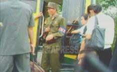 (참고사진) 교외에서 평양으로 들어가는 버스를 검문하는 국가안전보위부(당시) 소속의 군인. 2006년 8월 리준 촬영(아시아프레스)