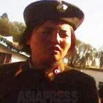 지친 표정으로 시장을 돌아다니는 여성 부사관. 2010년 10월 평안남도에서 촬영 김동철(아시아프레스)