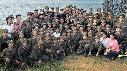Soldiers of salient troops at the West-South Front which faces South Korea.  A commemorative photo with Kim Jong-un (center-middle), taken during his frontline inspection on August 2012. Carefully observing the appearance of each soldier confirms that most are obviously thin. Even the official state media, which is known to make frequent image corrections cannot easily disguise the soldiers' conditions. (PHOTO; Rodong Sinmun)