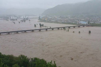 Flooded Tumen River with broken dyke on August 31. Right is Namyang, North Korea (Quoted  from HP of Jilin Newspaper)