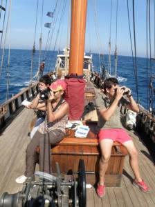 Voluntarios a bordo del Else en tareas de observación