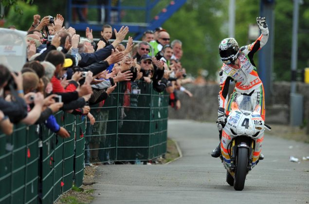 Ian Hutchinson Sweeps Isle of Man TT   First Rider to Win Five Races in One Week ian hutchinson 2010 isle of man tt senior tt 635x419