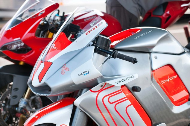 MotoCzysz E1pc vs. Ducati 1199 Panigale S MotoCzysz E1pc test PIR 17 635x421