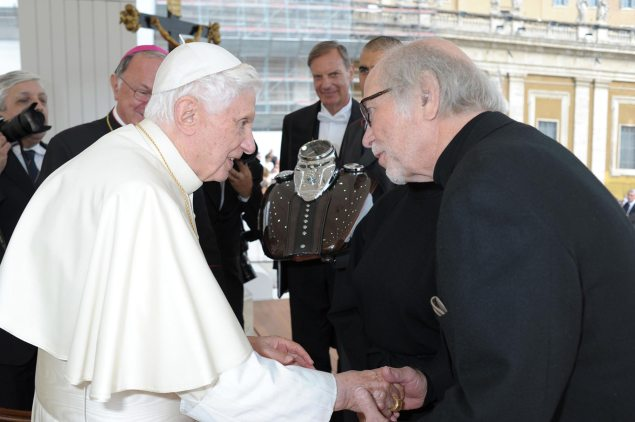 Harley Davidson Has Pope Bless Fuel Tanks   No, Seriously Pope Benedict XVI Harley Davidson fuel tank blessing 635x422