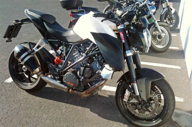 The KTM 1290 Super Duke Caught in the Wild ktm 1290 super duke prototype spy photo 635x423