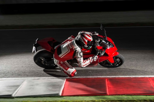 2014-Ducati-899-Panigale-track-28