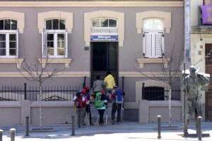 Peregrinos entrando al albergue de peregrinos 'Siervas de María' de Astorga (S. G.)